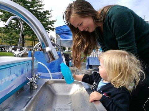 FRA KRANA: De små vannflaskene til Godt vann Drammensregionen er populære og kan fylles rett fra krana.