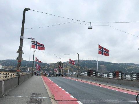 FLAGG: Det norske flagg pryder bybrua i dag.