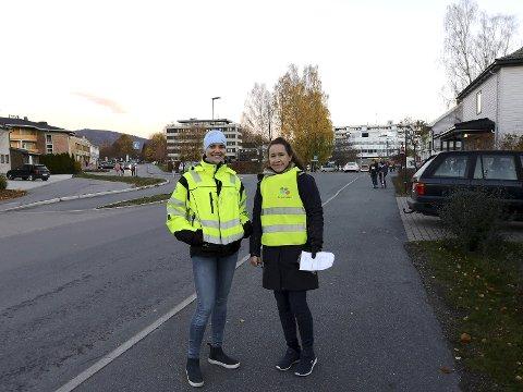 Passet på: Ingebjørg Tofte, Lier kommune og Linda Kjøbli, Viva IKS delte ut lys og reflekser i Lierbyen. FOTO: PRIVAT