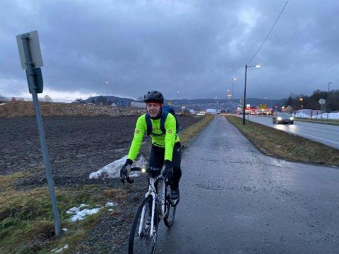 PÅ VEI HJEM: Tom Atle Bordevik sykler til jobben i Drammen året rundt. På Husebysletta har han bare sjarmøretappen igjen, og er ferdig oppvarmet til han kommer hjem og er klar for dagens ordentlige treningsøkt.