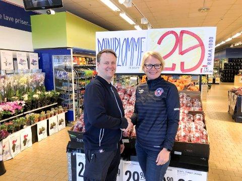 AVTALE: Kjøpmann hos Rema 1000 Lierstranda, Eirik Hauger med daglig leder for Reistad IL, Brita Sangolt. FOTO: PRIVAT