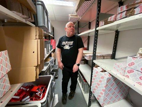 Dedikert: Svenn Bråthen på Lier Asvo har montert Elko-produkter i 23 år. Snart er det slutt på disse arbeidsoppgavene.