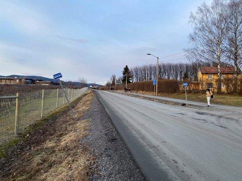Elevrådet på Lier vgs fraråder elevene å bruke busstoppet ved skolen fordi det er trafikkfarlig. Nå kan det komme en løsning.