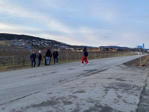Måtte vente på bussen i grøfta: Elevene ved Lier vgs. får endelig et tryggere busstopp utenfor skolen. Her kommer det også fotgjengerfelt og fartsdempere.