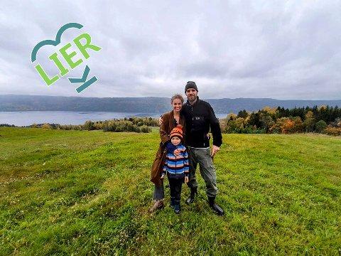 """Gir energi: Familien Eckerbom/Gautron føler de har alt de trenger på småbruket i Øverskogen. Her har de tatt turen over """"veien"""" til det som en gang var Eikbråtan gård.   - Stedet har så god energi, mener Andrea Eckerbom."""