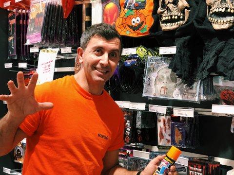 Gått bra: Butikkansatt Mardan Saeed forteller at Halloween-salget har gått veldig bra.