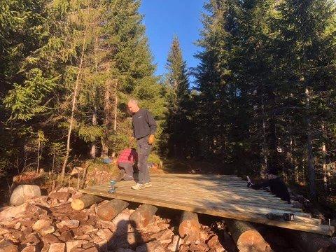 """Stor dugnadsinnsats: Simen Heslien, Per Bjarne Carlsen, Gisle Finsveen og Espen Fuglerud i forgrunnen sørget for at det nå blir mye lettere å kjøre skispor til Breili. Brua over """"kroken på elva"""" ble klar i løpet av en solrik lørdag."""