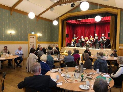 ENDELIG: Det var god stemning med både musikk, foredrag, mat - og ikke minst sosialt samvær da Lier Pensjonistforening endelig kunne møtes igjen.