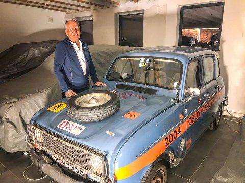 Afrika-tur: Svend Dahle har kjørt gjennom Afrika med sin Renault 4. Nå står den parkert i det gamle telemuseet i Lierbyen.