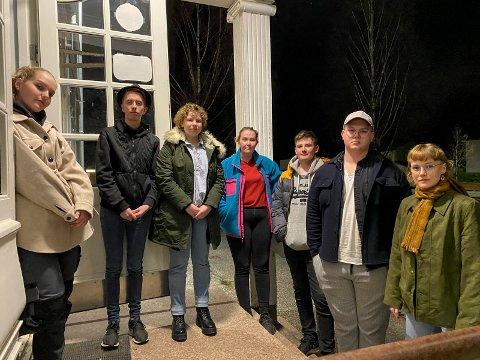 Sammen for V2: – Dette er et hus for alle, et inkluderende tilbud som skal være lavterksel, sier ungdommen. Nå håper de politikerne gjør det som kommunesdirektøren ikke klarte: Finner penger til driftstilskudd. F.v.: Maiken Elise Bakker (16), Eirik Gulsrud Lauerud (18),  Mathilde Hagen (16), Irene Algarheim Risan (20), Håvard Milde (18), Marius Jarlhof (18) og Erika Melhus (18). NB Flere av ungdommene er i samme kohort og trenger ikke holde koronaavstanden