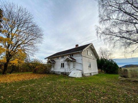 Forsvinner snart: Kjellstad gård skal snart rives for å gjøre tomta klar til det nye bygget. Det bor ingen her i dag.