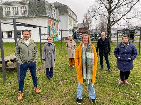 Glade for gave: F.v. Rune Drangsland (leder ungdomshuset V2), ordfører Gunn Cecilie Ringdal (H), Tove Hofstad (V), Ingvild Bergum Berget (V2),  Morten Egeberg (KrF) og Katrine Smemo Granlund (Kultur og fritid) er alle glade og stolte over at det nå skal bli en folkepark rundt V2.