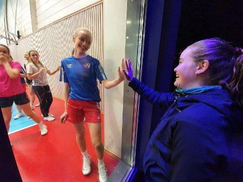 Nærkontakt på avstand: Hermine Larsen Tegnèr kan som elev i Lierskolen trene håndball i Reistad Arena. Lagvenninne Hanny Moulin Grinaker fra Drammen må derimot finne seg i å trene ute, så lenge Drammen er på rødt smittevernsnivå.