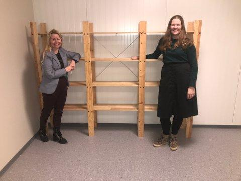 Hemmelig: Kommuneoverlege Ingrid Bjerring (t.h.) og prosjektleder Heidi Kristin Ringstad er inne på det hemmelige lageret hvor koronavaksinen skal oppbevares.