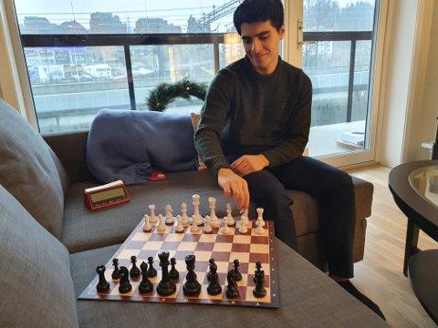 Var i ferd med å legge opp: Aryan Tari var nære på å legge vekk toppsatsingen på sjakk, til fordel for studier. Men en invitasjon fra Nederland ga ny motivasjon.