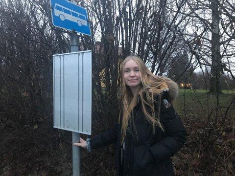 Måtte vente: Da Brakar kuttet Drammen-ruta fra Sylling måtte Miriam Bry Jensen (16) vente ekstra lenge på bussen i Lierbyen. Nå har Brakar satt opp skolebuss fra Lier videregående til Sylling.