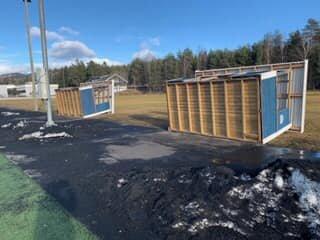 """Det blåste kraftig I Tranby idrettspark i helgen. De to innbytterbuene ble slengt på """"ryggkulen"""" i vindværet.  Nå skal de to buene sikres og festes så fort som mulig."""