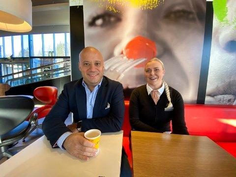 FØR ALT BLE SNUDD PÅ HODET: Eduardo Jacobsen eier McDonald's Liertoppen og fire andre restauranter. Irene Warloff er restaurantsjef på Liertoppen. På det meste var nesten 60 prosent av de ansatte permittert. Bildet ble tatt en drøy uke før «hele Norge» stoppet opp.