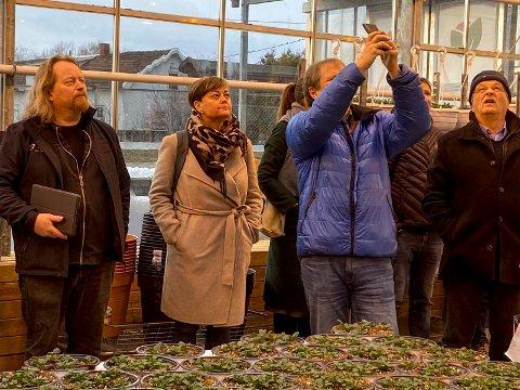 Studerer taket: Utvalget for miljø og plan fikk mulighet til å studere blant annet taket i veksthuset da de var på befaring hos Lier Planteland. F.v. utvalgsleder Morgan Langfeldt (Frp), Tove Hofstad (V), Vidar Havellen (MDG) sikrer seg bilder av taket og Helge Jagland (Ap).