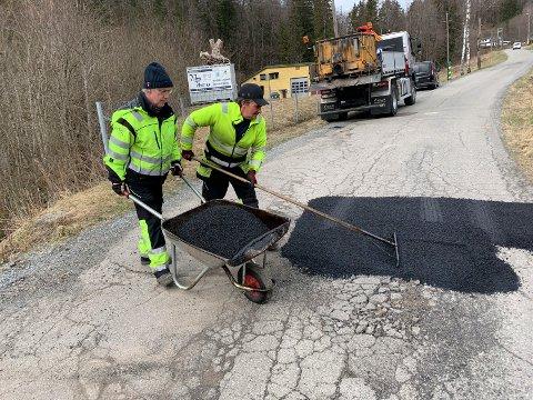 Håndlapping: Asfaltlappebilen med Morten Gustavsen og Tommy Erlandsen er ute og lapper hull hele året.