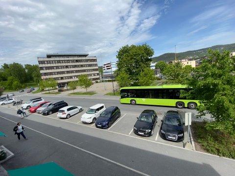 Biler og asfalt: Arkitektene er enige i at Lierbyen består av for mye asfalt, men at Rådhusparken har mange gode kvaliteter det kan bygges videre på.