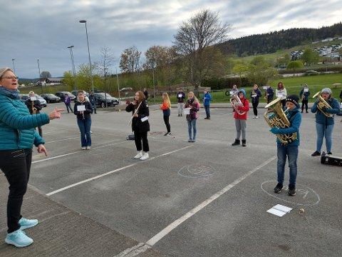 FØRSTE FELLESØVELSE: Forrige onsdag kunne Bente Lohne endelig møte musikantene i Høvik og Lier skolekorps til felles øvelse igjen.