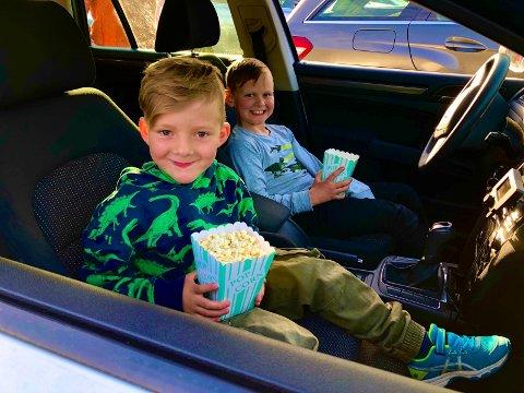 Tok med popcorn: I tradisjonens tro har Elias Brastadblekkan (6) og Ask Tandstad Frogner (7) med seg popcorn til kinofilmen.