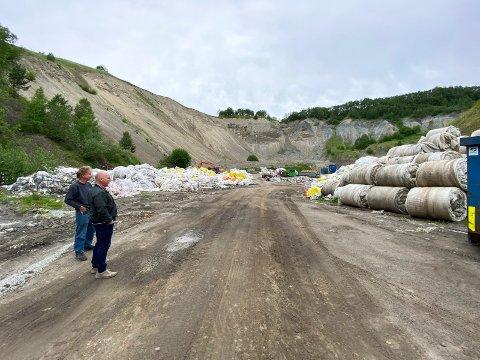 Mengder med plast: Hos XO Gjenvinning både sorteres og presses landbruksplasten. Øistein Helgerud (t.v.) og Halvard Mehren har fortsatt mye plass på tomta.