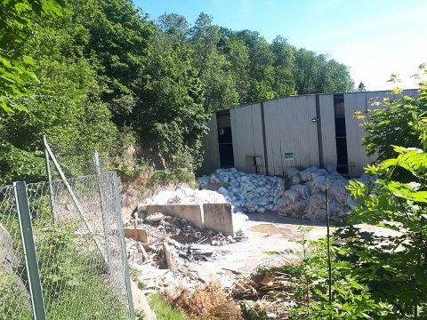 Dette viser Ragn Sells anlegg hvor avfall oppbevares utendørs.