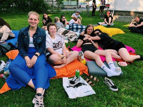 Første rad: Emma Aurora Tolboe (16), Mathilde Mathisen Hagen (16), Johanne Brohaug Larsen (15) og Emilie Fagerland Stormo (15) satt på første rad denne litt annerledes sommeravslutningen.