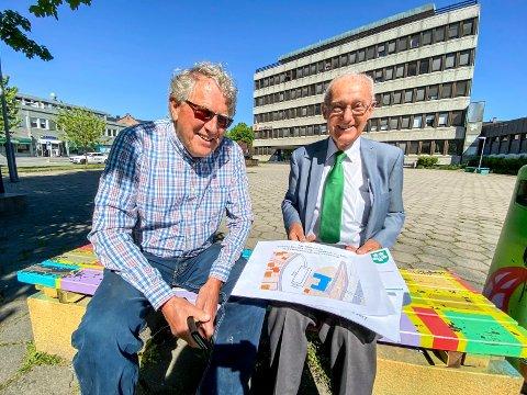 Inspireres av farger: Erik Skaug (t.v.) og Erik Jølberg mener rådhuset blokkerer en utvikling av Lierbyen. Nå vil de heller at bygget skal brukes til leiligheter og hybler, men butikker og servering på gateplan. Og i tillegg ser de for seg en fargerik fasade.