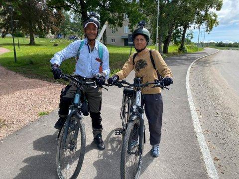 På gamle trakter: Ekteparet Rajendra (t.v.) og Aruna Shukla tok turen innom Rajendras tidligere arbeidsplass, Lier sykehus, før de syklet videre mot Oslo.