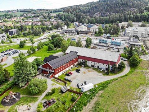Skal selges: Lier kommune er muligens en av interessentene som vil sikre seg bygningsmassen på Foss gård. Gården ligger rett nedenfor gamle Lier sykehus. SIden bildet ble tatt i fjor, har mange nye boliger kommet opp i området.