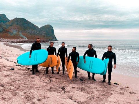Surfing i Lofoten: Emil Sønsteby, Simen Eriksen, Flamur Zagragja, Thomas Nguyen, Magnus Jølberg og Oliver Nicholls fikk blant annet oppleve å surfe i Lofoten.