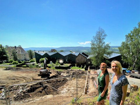 Nybygg: Siv Aida Nygård (t.v.) og Kjersti Tuvnes Lunder i Lier kommune konstaterer at det nye byggetrinnet av Fosshagen er i ferd med å reise seg.