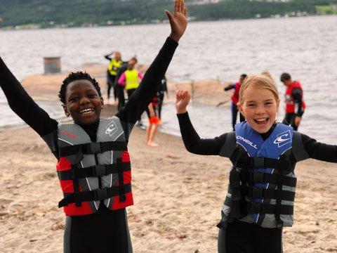 Mange tilbud: Det er en lang liste med tilbud til sommerskolen, ett av dem er Fjordcamp, som har vært en suksess tidligere år. I fjor gledet John Gullen (11) og Kaja Haugtvedt Eng (10) seg til å prøve vannski for første gang.