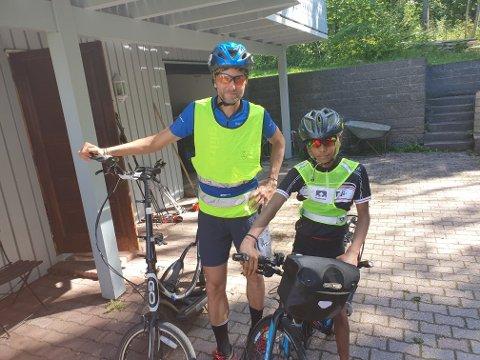Rett før avreise: Far Gjermund og sønnen Haakon (12) er klare for å legge ut på den 16 mil lange sykkelturen fra Tranby til Borgegrend.