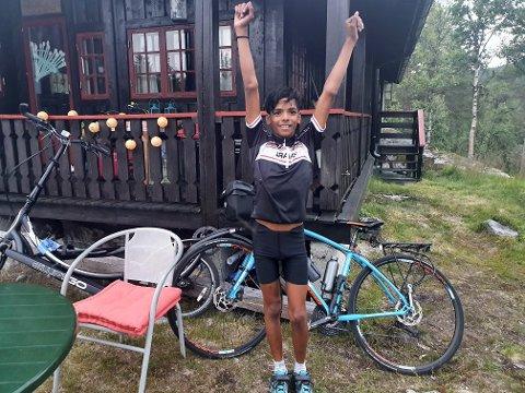 Fornøyd: Haakon (12) kan endelig strekke armene i været. 16 mil på sykkelen er gjennomført og han er framme på hytta.