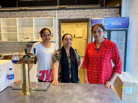 OPPBUD: De tre slektningene Sukhjeevan Kaur Gill (t.v.), Savikaran Kaur Kahlon og daglig leder Sukhdev Kaur Gill har jobbet i kafeen. Bildet ble tatt rett før åpningen i fjor sommer.