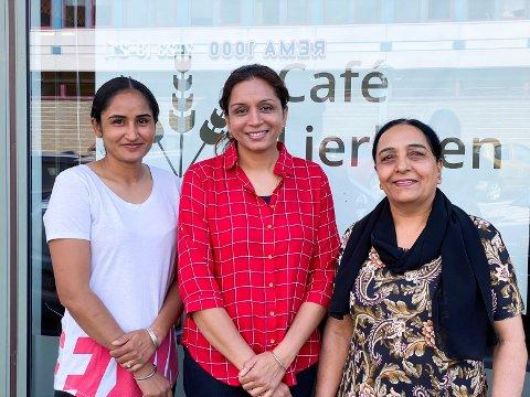 Gleder seg til åpning: Sukhjeevan Kaur Gill (t.v.), Sukhdev Kaur Gill og Savikaran Kaur Kahlon er slektninger og skal jobbe på Café Lierbyen i tillegg til tre deltidsansatte til.