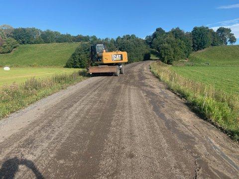 Fra grus til asfalt: Baneveien oppgraderes med asfalt.