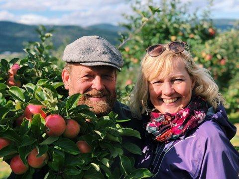 Sjefene sjølv: Ekteparet Harald Oskar Buttedahl og Bjørg Karin Buttedahl er de som bor på og eier gården som hvert år arrangerer selvplukk av epler og plommer.