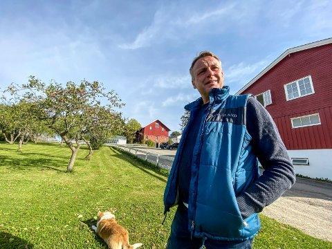 Ser framover: Frank Robert Paulsen er glad for at alt av papirer endelig er i orden for Valstad Gård. Nå ser han fram til å kunne fortsette med hester og rideskole i mange år framover.