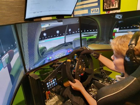 Full fart fra gutterommet: Dennis Marconini Bjerke bruker 500 timer i året på bilsimulator hjemme på gutterommet. 13-åringen fra Lierskogen ble nylig en del av juniorsatsingen til et stort team innenfor simulatorkjøring.