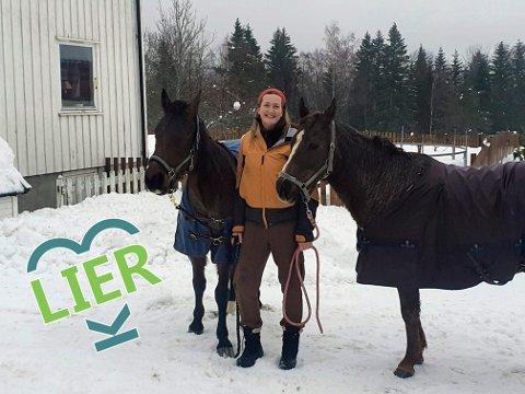Godt på Griserud: Kari Anne Gran Henriksen, varmblodstraveren Blot Santa (26) og  fullblodsaraberen Miller (20) synes det både er sosialt og rolig å bo på Griserud gård. Både matmor og hestene hilser på mange liunger på tur, og i tillegg har hestene jevnlig kontakt med både rådyr og elg.