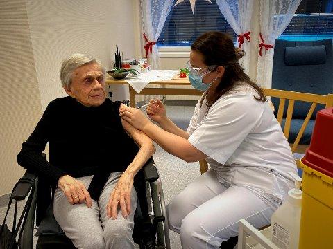 Den første vaksina: Her får Inger Johanne Unhjem (92) på Liertun den første korona-vaksina i Lier av fag- og utviklingsansvarlig Katrine Buun Lyngås. Foto: Lier kommune