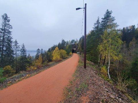 Solid oppgradering: Den gamle jernbanelinja mellom Gullaugkleiva og Lierbyen har fått en solid oppgradering denne høsten. Blant annet har turveien fått lys på hele strekningen.