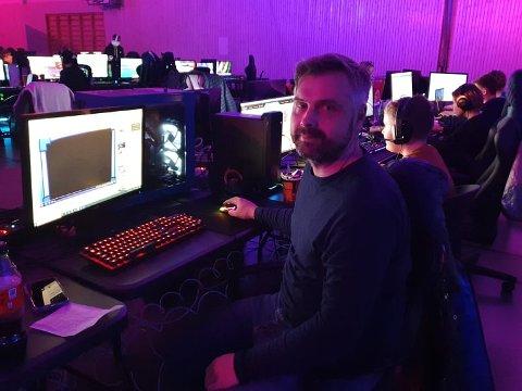 Vendepunktet: Kenneth Mulwaney syntes sønnen brukte for mange timer foran PC-skjermen. Vendepunktet kom da han prøvde spillet Overwatch selv. Denne helgen deltar både far og sønn på LAN-party i Heiahallen.
