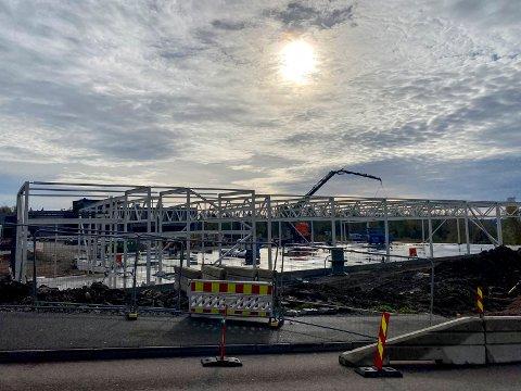 Reiser seg: Den nye Kiwi-butikken på Tranby er på vei opp. Nå staser de på åpning på nyåret.