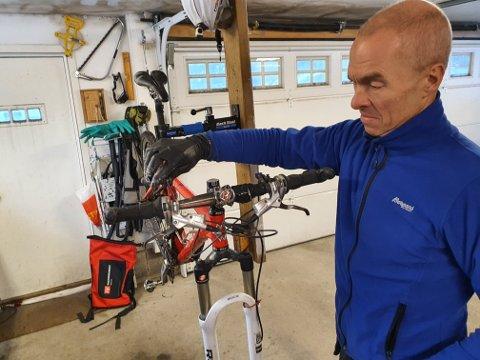 Nødvendig og enkelt:  - En vårpuss på sykkelen er nødvendig for å ivareta både sikkerhet og sykkelglede. Man må ikke være mekaniker for å være syklist, det er ingen skam å bruke et sykkelverksted, mener Jon Arne Fossen. Han er helårssyklist, og er opptatt av at det skal være enkelt og rimelig å ta den nødvendige vårpussen av sykkelen.